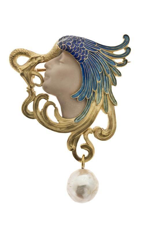 René Lalique (1860-1945). Broche Tête de femme coiffée d'une aile de paon et d'un serpent. C. 1898-1899. Or fondu, ciselé et gravé, émail opaque et translucide sur or, perle de coquille, tête de femme sculptée dans un calcaire beige monté à jour. Les Arts Décoratifs - Paris - France
