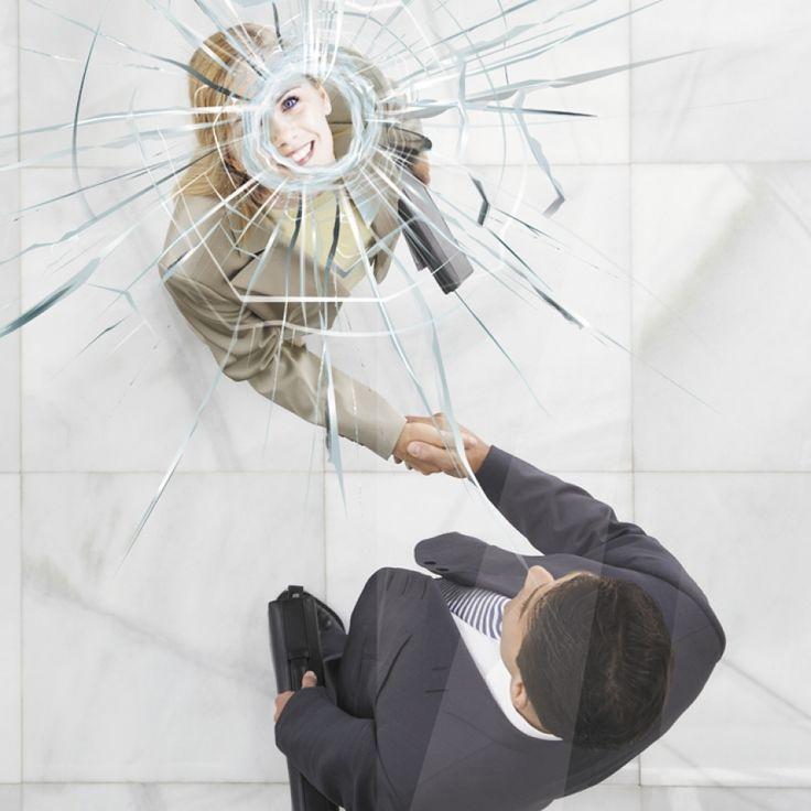 Začíná konečně skleněný strop praskat?
