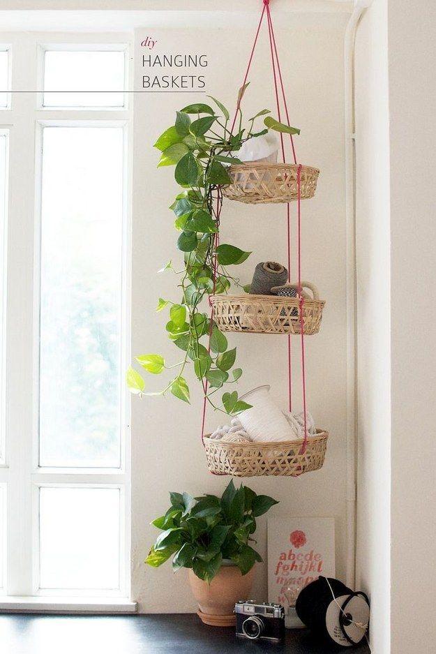 Usar cestas colgantes verticales para guardar objetos sirve para mantener el suelo libre de basura sin ocupar el valioso espacio de tus repisas o paredes: