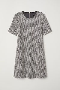 Black/white patterned. Short dress in jacquard-knit jersey with short sleeves. Visible zip at back. Unlined.