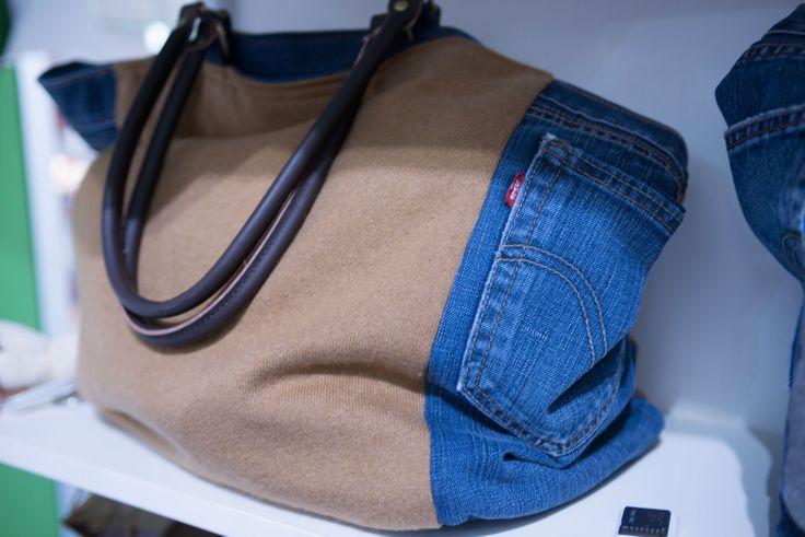 Non si butta via niente! Da un maglione e un jeanz potrebbe venir fuori una pratica borsa.