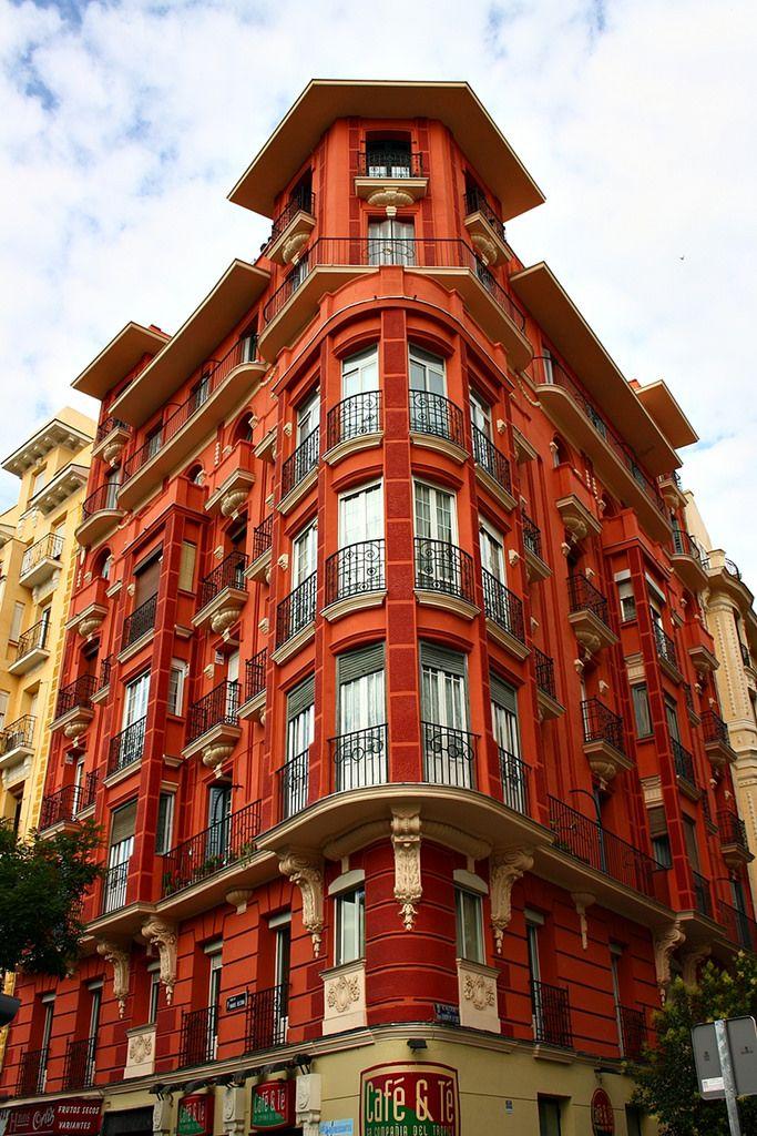 Casa de la Plaza Manuel Becerra. Madrid | Edificio de extraordinaria belleza, altamente artístico y espléndidamente pintado.