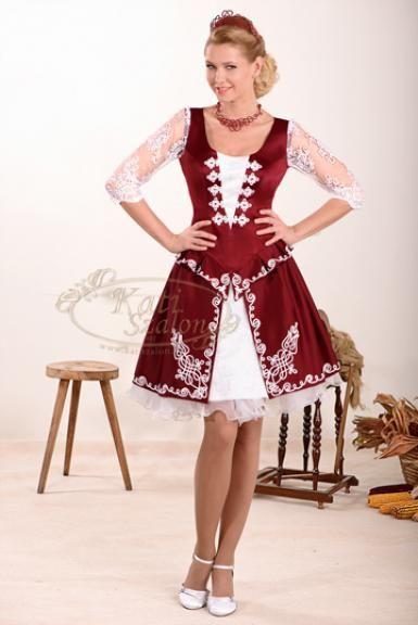 161-es bordó magyaros menyecske ruha, a szoknya szétnyíló része hangsúlyozza a fehér sújtás díszítés