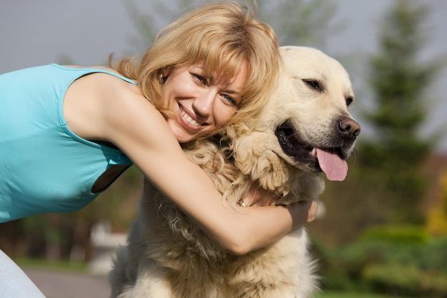 6 tapaa, jotka ärsyttävät koiria – Ethän syyllisty mihinkään näistä? --- Halailu saattaa tuntua koirasta ahdistavalta lähentelyltä.