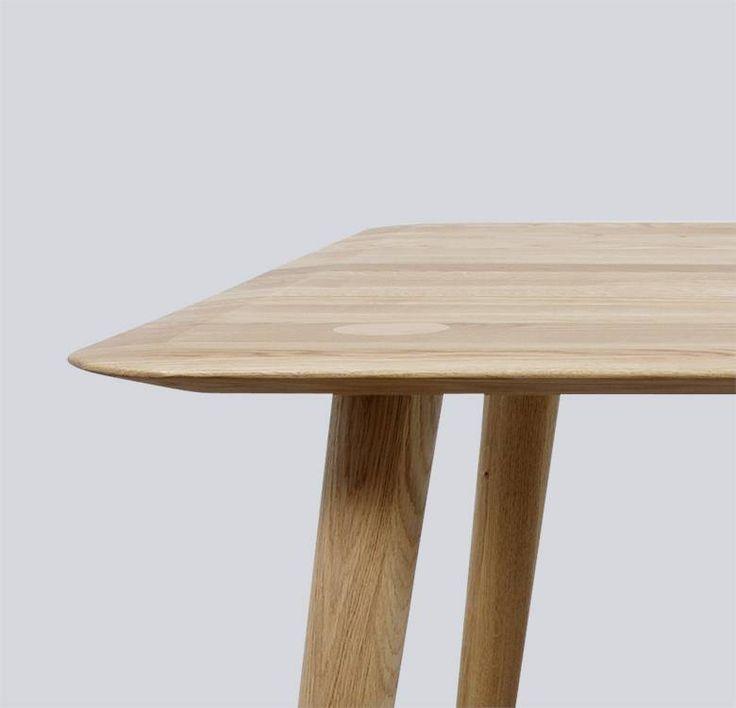 Massief houten eetkamertafel met bijzondere details. Poten die doorlopen in het blad, hoogstaand modern Deens design. Verjongd blad met afgeronde hoeken.