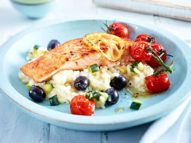 Unser beliebtes Rezept für Lachs auf Zucchini-Risotto und mehr als 55.000 weitere kostenlose Rezepte auf LECKER.de.