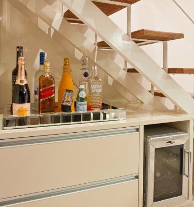 São muitas as ideias para decorar embaixo da escada , a preferida da maioria são os jardins de inverno . Porém tem quem prefira um b...