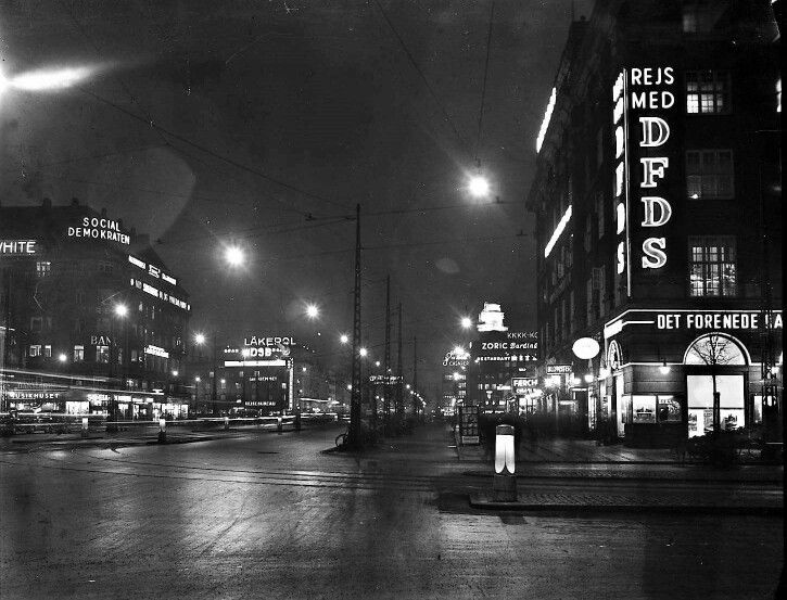 Vesterbrogade ved nat i 1937, med neonreklamer. Københavns Fotoservice.