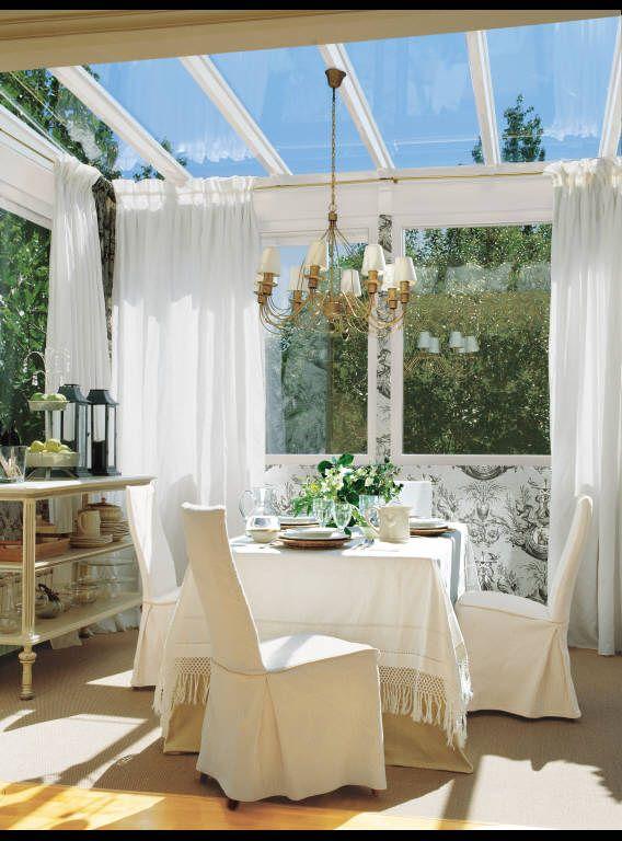 comedor en terraza acristalada luz