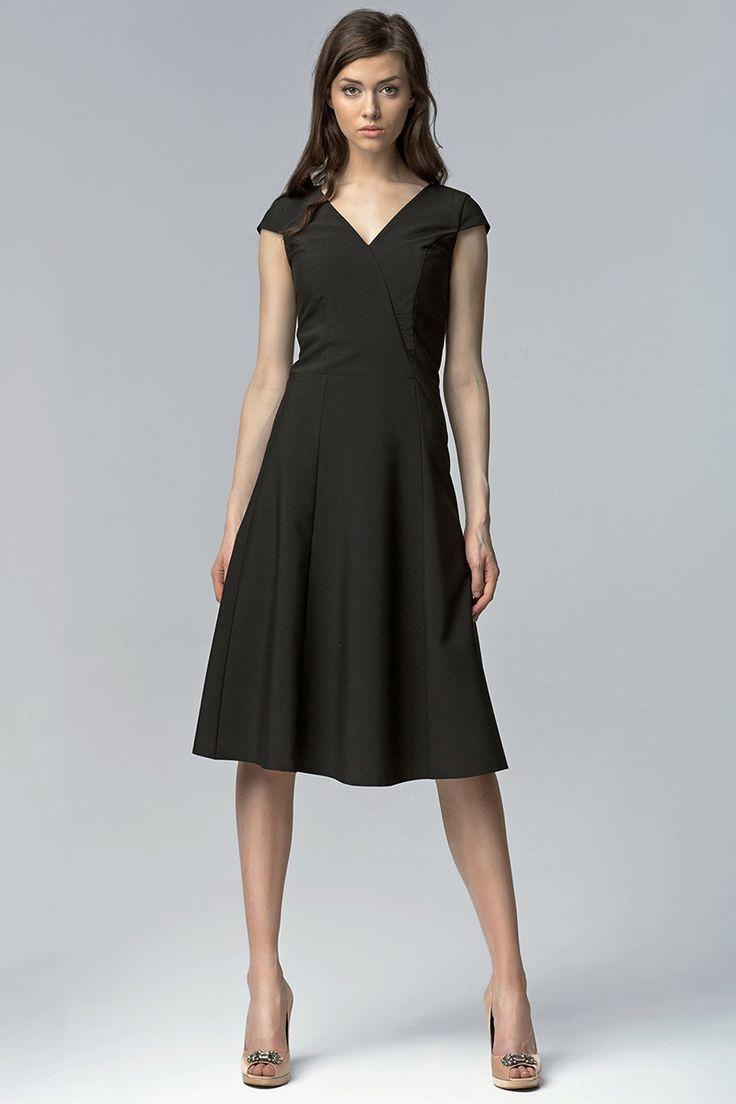 Univerzálne jednoduché šaty s výstrihom vhodné na každú príležitosť. Svojou dĺžkou a strihom sú ideálne do saka na pracovné stretnutia, ale aj na divokú retro párty. Výber je len na tebe :-)  Dodacia doba cca 10 pracovných dní. Veľkostné tabuľky