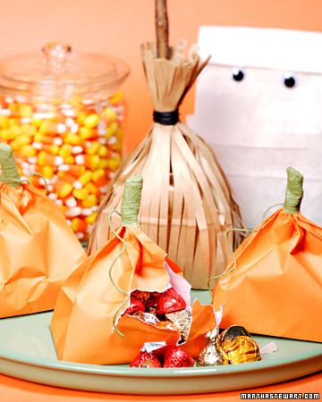 These treat bags for kids are simple to create -- and they're the perfect favor for a Halloween party.