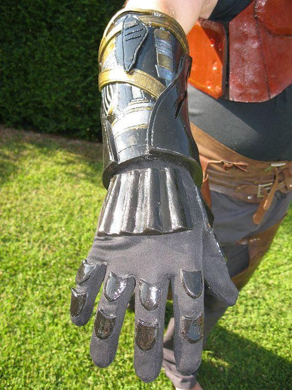 Replica del braccio di Anakin Skywalker da episodio 3 La vendetta dei Sith. Regolazione elastica all'interno del braccio in modo da adattarsi a tutte le misure.