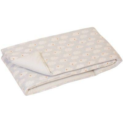 Le tour de lit bébé de la collection Clouds par Trixie Baby sera parfait pour protéger bébé des bords durs du lit ! Plus de risque de se faire mal en gigotant.
