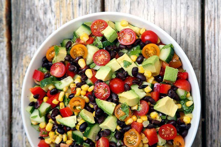 Det geniale ved vegansk bønnesalat er, at den er sund og fyldt med proteiner, samt laves på 3 minutter. Det giver mig tid og overskud til alt muligt andet.