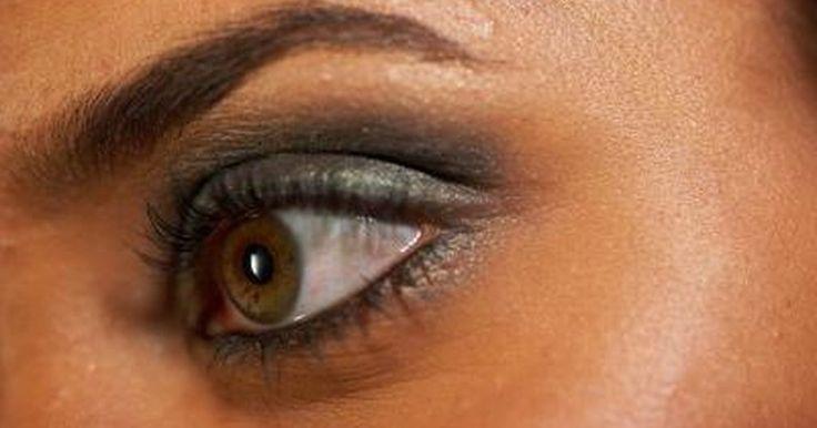 Cómo conseguir las cejas MAC. Cosméticos MAC es una popular marca de tiendas por departamento que se destaca por su imagen juvenil y sus productos de alta calidad. La marca vende maquillaje para las necesidades básicas, para ocasiones glamorosas, o para una cita en la noche. Las mujeres que usan maquillaje tienden a centrarse en el brillo labial, el rímel y la base o el polvo. ...