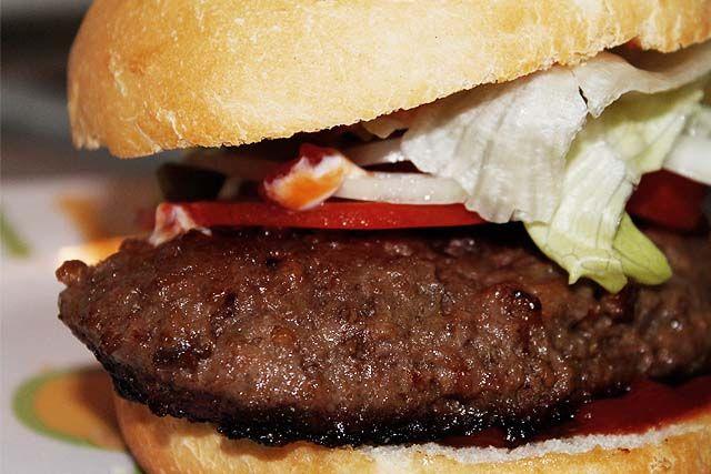 hamburguesa de carne de vacuno recién hecha con lechuga, tomate y salsas