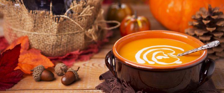 Diese Kürbissuppe mit Sanddorn ist eine tolle pikante Variante des Herbst-Klassikers. Ganz nebenbei stärkt das Süppchen durch viel Vitamin C das Immunsystem