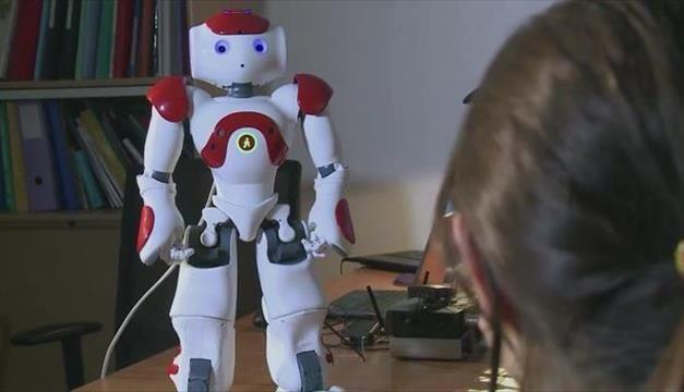 Nao, petit robot humanoïde, sera-t-il le compagnon de nos vieux jours ? Doté de capacités cognitives, il permet aux chercheurs du monde entier d'expérimenter différentes applications. Ici, avec Laurence Devilliers, au Laboratoire d'informatique pour la mécanique et les sciences de l'ingénieur (CNRS – Université Paris-Sud Orsay), il apprend à reconnaître l'humeur de ses interlocuteurs et à s'adapter en conséquence. Ainsi, si vous êtes réservé, il sera directif... comme dans la vraie vie !