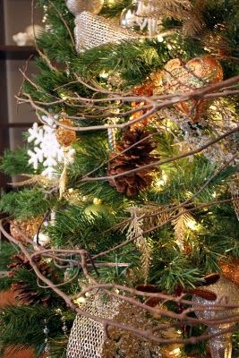 rustic christmas tree.... LOVIN' this