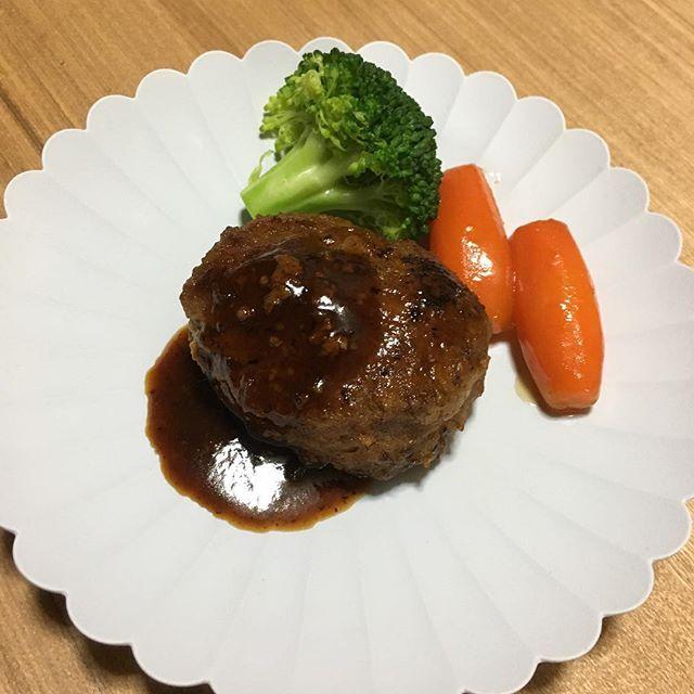 なんの捻りもないただの肉の塊🍖 #料理 #cook#cooking #男の料理#料理男子#男子飯 #料理好きな人と繋がりたい #クッキングラム#料理記録#手作り#夜ごはん#洋食#肉#meat #肉スタグラム#ハンバーグ #ハンバーグ師匠 #野菜#シンプル#またこの皿#ヘビロテ#器#欲しい#センスが欲しい