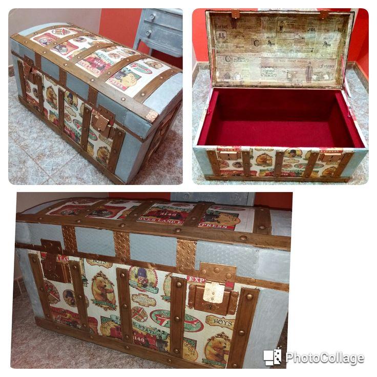 Baúl restaurado con efecto oro, papel de arroz decoupage estilo vintage y terciopelo rojo