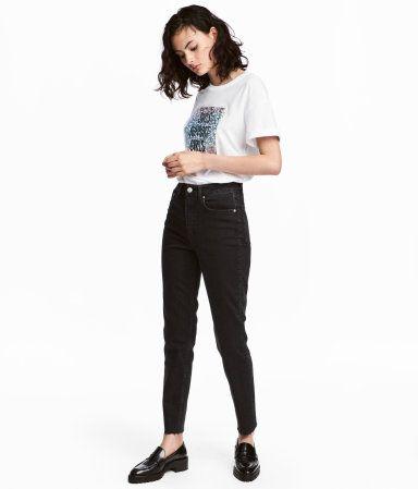 Svart denim. Ett par ankellånga 5-ficksjeans i tvättad denim. Jeansen har smala ben och hög midja. Avklippt, fransig kant vid benslut. Gylf med dragkedja