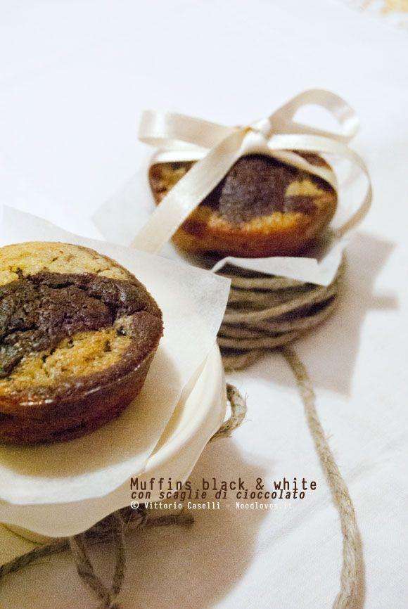 Muffins morbidissimi con scaglie di cioccolato... la versione black & white! La ricetta la trovate su http://noodloves.it/muffin-con-scaglie-di-cioccolato-morbidissimi-black-white/
