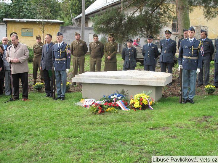 Pamětní deska Karel Kuttelwascher   Spolek pro vojenská pietní místa