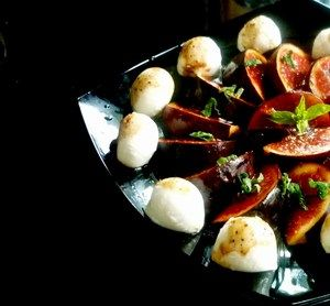 Фото к рецепту: Салат из маринованного инжира,моцареллы и мяты