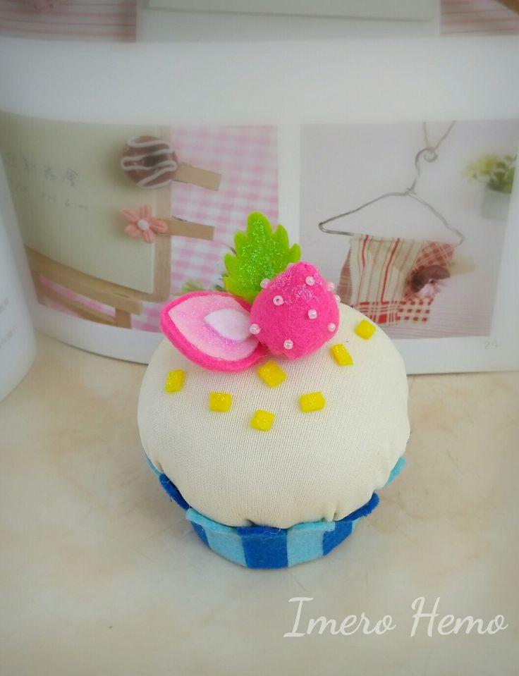 Mini cupcake pincushion