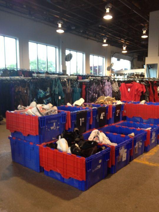 Le ch teau entrepot montreal qc magasins entrep ts for Entrepot de meuble a montreal
