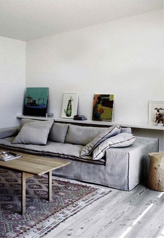 grey living room with kilim and photo shelf//