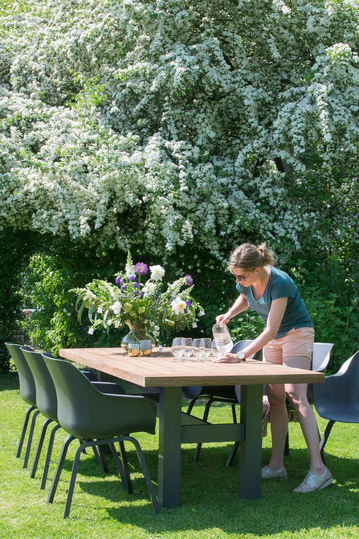Hiske aan de tafel en tuinstoelen van Hartman.  Woontrendz  -  #creatiefmetsophie