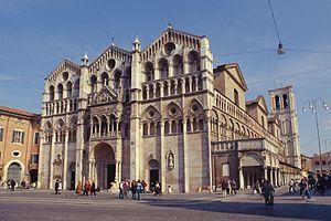 Ferrara es un municipio de 135.369 habitantes capital de la provincia homónima de Italia.Situada sobre el Po de Volano, la ciudad tiene una estructura urbanística que se remonta al siglo XIV, cuando fue gobernada por la familia de los Este. El diseño realizado por Biagio Rossetti la convirtió en la primera ciudad moderna de Europa, del cual deriva en gran parte su reconocimiento como Patrimonio Mundial de la Humanidad en 1995 (el Centro histórico de Ferrara), ampliado en 1999 al Delta del…