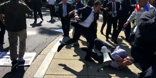 US Marshals Arrest 2 Erdogan Supporters For Turkish Embassy Melee http://betiforexcom.livejournal.com/25026277.html  Sen. John McCain must be pleased. US Marshals have arrested two Turkish men living in the US and charged them in the vicious beating of opponents of the Turkish regime who had been peacefully protesting outside the Turkish embassy in Washington last month.The attack, which unfolded during a visit by President Recep Tayyip Erdogan last month, triggered outrage from the US media…