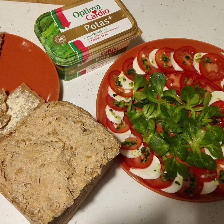 Pyszna i zdrowa kolacja gotowa😁 #kolacja #zdrowie #domowychleb #pomidor #roszponka #mozzarella #czosnek #pyszne #graham #slonecznik #dynia #bazylia #optimacardiopotasplus #OptymalneWybory https://www.instagram.com/p/BRWSSHNAx0a/