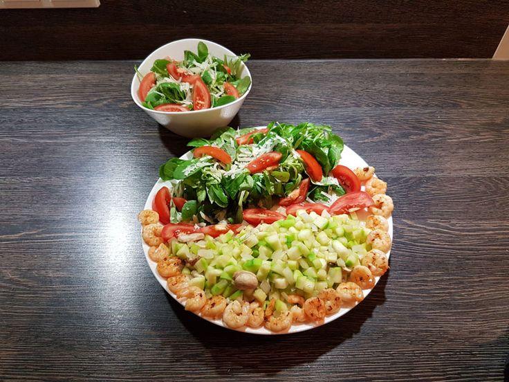 Gemüse-Garnelen-Teller mit Salat - - Salat: Feldsalat, Rucola, Tomate, Olivenöl, Parmesan, Gemüse: Zucchini, Champignon, Garnele, Den Feldsalat und den Rucola gründlich waschen und die Tomaten vierteln. Etwas Parmesan über den Salat geben (hobeln).; Die Garnelen in der Pfanne mit etwas Olivenöl braten. ; Die Zucchini schälen und in kleine Stücke schneiden. Die Champignons gründlich
