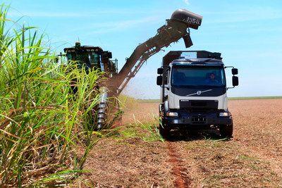 Camión Volvo con dirección automática para aumentar la cosecha de caña de azúcar en Brasil   GOTHENBURG Suecia Junio 2017 /PRNewswire/ -Volvo Trucks ha desarrollado un nuevo camión con dirección automática que puede aumentar significativamente la productividad de los productores de caña de azúcar brasileños. El camión que permite transportar la caña de azúcar recién recogida se conduce con gran precisión por los campos para evitar dañar las plantas jóvenes que formarán la cosecha del año que…