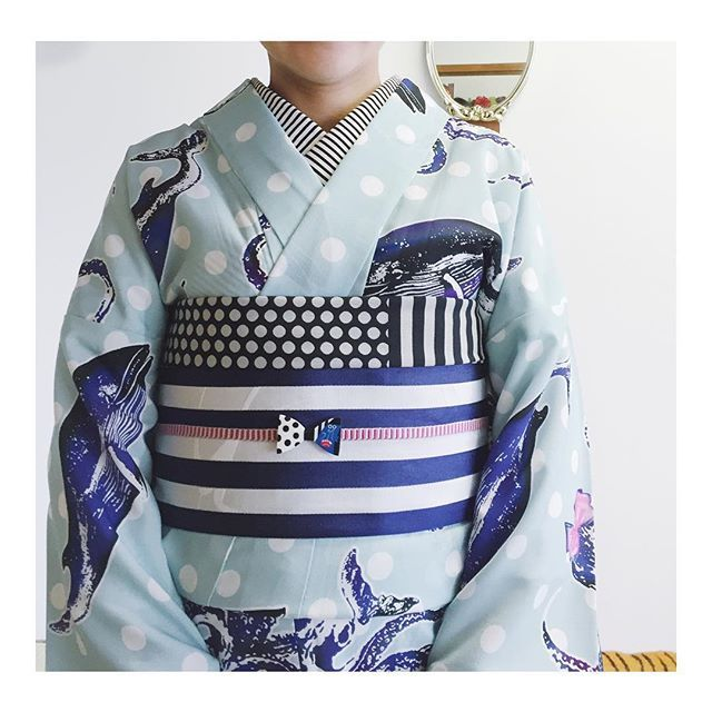セオα浴衣 @mamechiyomodern 半幅帯 船場センタービル 帯締め @warauminato の #kamomeひも 帯揚げ @houkagokimonoclub #なごやキモノめるかーと で買ったの、 うれしい。 この帯揚げとぴったしリンクしたのが @yuni.panda ちゃんの帯留リボンブローチ! ゴリラもサイコー! #半衿 は手芸屋さんで買ったコットン生地でした。