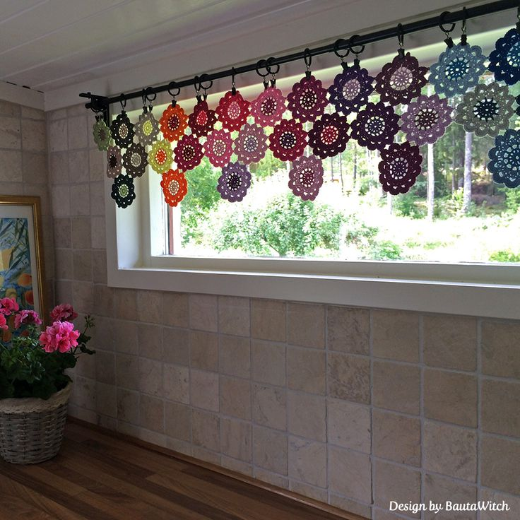 Crochet curtain of Japanese Flowers by BautaWitch  Pattern in Swedish: http://BautaWitch.se