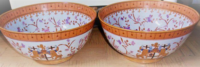"""Een paar aardewerk kast kommen/ diepe 'schalen' -wapen vanBritse Oost-Indische Compagnie (Engels: East India Company ook wel """"John Company""""]  Mooie set van een paar grote 'bowls -schalen -kommen' met het wapen van de engelse Oost-indische compagnie.De schalen zijn gemaakt van keramiek en natuurlijk heel apart - echte eye-catchers in je interieur.De kommen zijn in een prima conditie.De maten van deze bowls / schalen zijn; Hoogte c.a. 16 cm - diameter c.a. 30 cm.Op de kommen de latijnse…"""