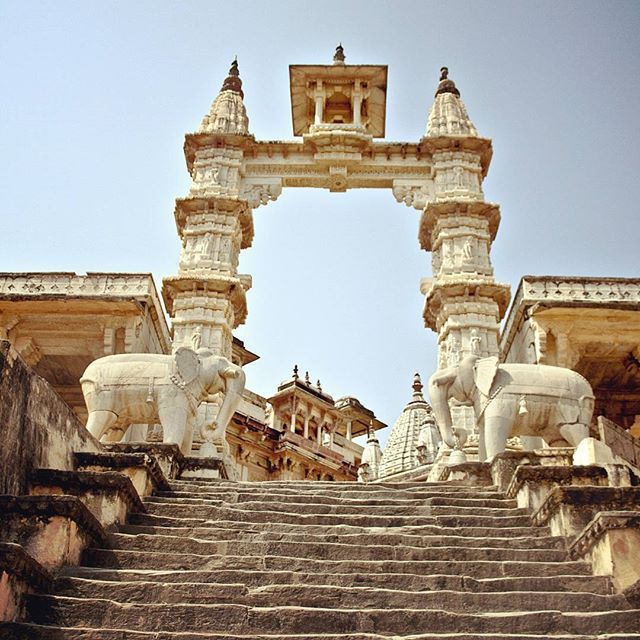 #incredibleindia #art #temple #india #explorertales jaipur The entrance to the majestic temple, the temple i was telling you about in last 2-3 post.  Jagat Shiromani Temple, Amer, Jaipur, India.  Great chances are that you missed this incredible piece of #architecture on your trip to Jaipur.