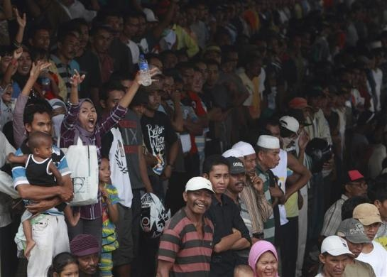Spectators cheer during a race at Panda racetrack, outside Bima, Indonesia, November 18, 2012.  REUTERS/Beawiharta