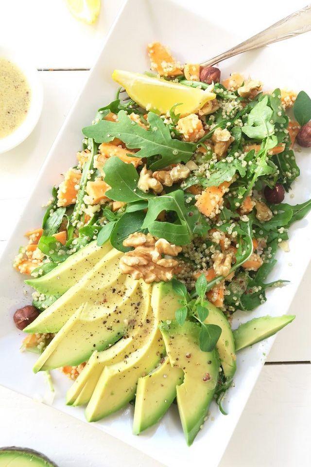 Deze quinoa salade met zoete aardappel, avocado en mosterddressing kun je eten als lunch of als lichte maaltijdsalade in de avond. Wisten jullie dat zoete aardappel rauw echt super lekker is? Licht zo