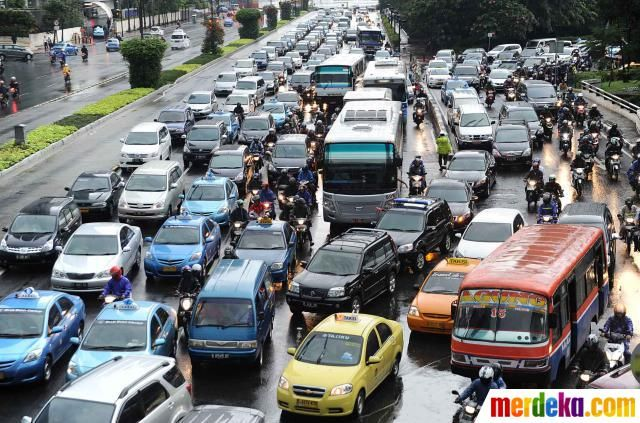 Situasi lalu lintas Jalan MH Thamrin arah Bunderan HI - Semanggi tampak mengular pasca hujan deras di DKI Jakarta, Senin (30/4) sore.
