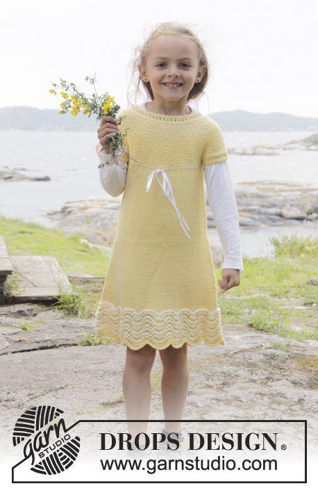 Gebreide DROPS jurk in ribbelsteek met golfpatroon, ronde pas en knoopbies midden achter in Cotton Merino. Maat 3 - 14 jaar Gratis patronen van DROPS Design.