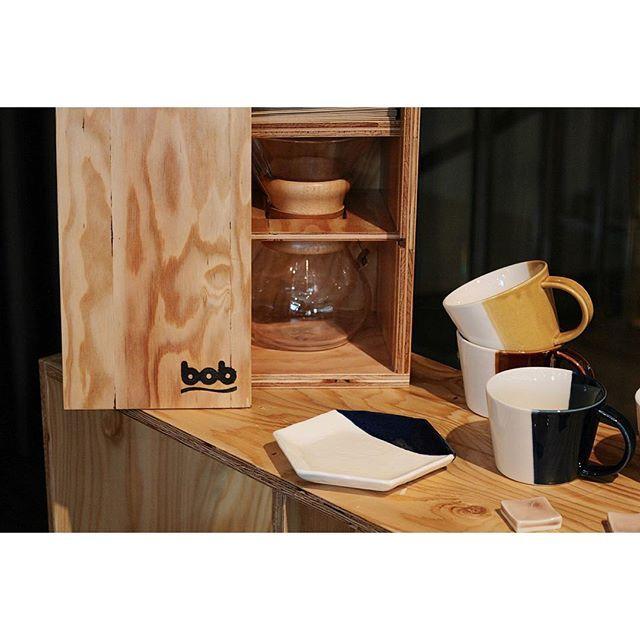 ・ 「bob」 ・ 針葉樹のplywoodだけを使った新しい家具ブランド。本日より2階でご覧いただけます。 ・ 全て受注生産です。カタログたくさん置いてます。 ・ ミニマルデザインのシェルフやミラーや収納ボックス、写真のケースはアメリカ「CEMEX」社のコーヒーメーカー専用サイズで作られております。 ・ 屋外に持ち運ぶ時にとっても便利。3カップ、6カップどちらも対応しております。 ・ ナチュラルな木目のシェルフは、「m.m.d.」のうつわたちとも相性も良いです。 ・ ・ ・ #mmdnagoya #makemyday #chemex #ケメックス #コーヒー #cafe #家具 #furniture #瀬戸焼 #雑貨 #食器 #伝統 #ライフスタイル #ファッション #bob #引き出物 #引出物 #ブライダル #ウェディング #プレ花嫁 #bridal #wedding #マグ #日本 #名古屋 #nagoya #japan | SnapWidget