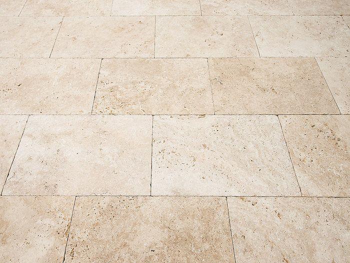 Une finition tambourinée et des nuances de beiges qui donnent le petit plus à votre terrasse en dalle de pierre naturelle – stonenaturelle