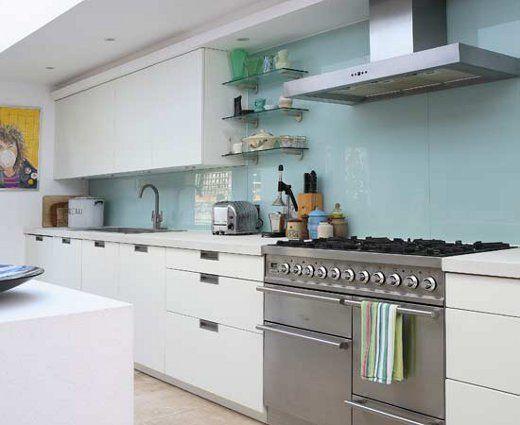 Parede da cozinha revestida com vidro