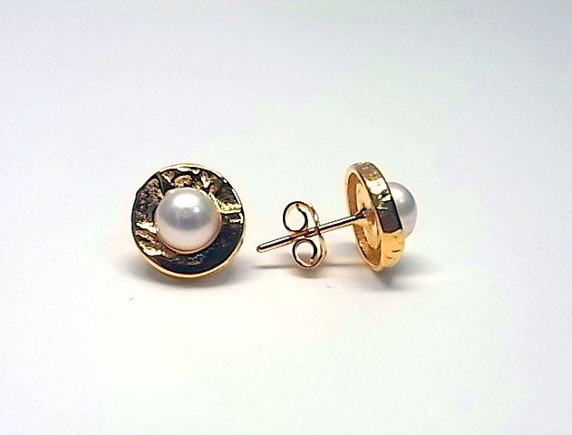 Pendientes de plata de primera ley con una perla de boton y el filo chapado en oro amarillo y cierre de presion. REF.:110258620111. PRECIO: 26,90€
